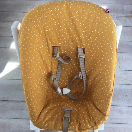 Stokke Newborn hoes Oker geel strikjes en driehoekjes